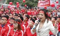 Ca sĩ Mai Trang hát trong ngày hội Chủ Nhật Đỏ tại ĐHBK Hà Nội sáng 21/1. Ảnh: Hồng Vĩnh.
