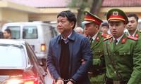 Cảnh sát dẫn giải ông Đinh La Thăng đến phiên tòa. Ảnh: TTXVN.