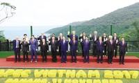 Bức ảnh chụp lãnh đạo các nền kinh tế APEC tại Ðà Nẵng là một trong số những bức ảnh ấn tượng nhất trong 25 kỳ APEC.