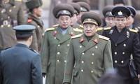 Ông Kim Yong-chol (đi đầu) trong chuyến thị sát làng đình chiến Ban Môn Điếm năm 2007. Ông dẫn đầu đoàn Triều Tiên dự lễ bế mạc Olympic Mùa đông ở Hàn Quốc. Ảnh: NYT.