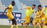 Đội Sông Lam Nghệ An tập luyện trên sân vận động Hàng Đẫy, Hà Nội. Ảnh: Hồng Vĩnh.