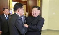 Nhà lãnh đạo Triều Tiên Kim Jong-un chào đón một thành viên phái đoàn của Tổng thống Hàn Quốc tại một cuộc ăn tối. Ảnh: KCNA.