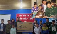 Thượng úy Phạm Tuân trao tặng tivi cho Trường THCS bán trú Tung Qua Lìn; kể cho các em nhỏ những câu chuyện lịch sử dân tộc (ảnh nhỏ). Ảnh: N.M.