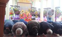 41 người Hàn Quốc quỳ gối, cúi rạp đầu tạ tội tại lễ tưởng niệm 50 năm thảm sát Hà M. Ảnh: Hoài Văn.