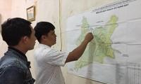 Ông Bùi Xuân Thế chỉ cho phóng viên về dự án quy hoạch quặng boxit.