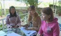 Giáo viên bức xúc phản ánh việc bị xà xẻo lương. Ảnh: Báo Vietnamnet