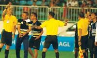 HLV Chu Đình Nghiêm của CLB Hà Nội lao vào sân phản đối quyết định của trọng tài Ngô Duy Lân.