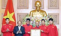 Thủ tướng Nguyễn Xuân Phúc trao tặng Huân chương Lao động hạng Nhất cho Đội tuyển bóng đá nam quốc gia