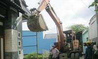 Cơ quan chức năng cưỡng chế tháo dỡ nhà xây dựng không phép ở xã Vĩnh Lộc A (huyện Bình Chánh)