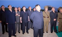 Nhà lãnh đạo Kim Jong Un và các quan chức Triều Tiên chứng kiến việc phóng thử tên lửa. Ảnh: KCNA/Reuters