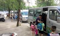 Hiện đa số các trường học thuê xe từ các công ty dịch vụ để đưa đón học sinh (Ảnh minh họa)