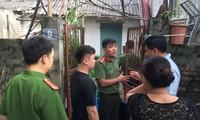 Công an khám nơi ở của đối tượng Nguyễn Khắc Tuấn, nguyên là chuyên viên phòng Khảo thí và quản lý chất lượng, Sở GD&ĐT Hòa Bình. Ảnh: Nguyễn Hoàn