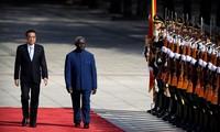 Thủ tướng Trung Quốc Lý Khắc Cường đón Thủ tướng Solomon tại Bắc Kinh vào tuần trước.Ảnh: AP