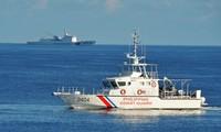 Tàu cảnh sát biển Philippines (phải) đang diễn tập tìm kiếm, cứu nạn với tàu cảnh sát biển Mỹ gần bãi cạn Scarborogh ở biển Đông, trong khi tàu hải cảnh Trung Quốc (trái) đang dòm ngó (ảnh chụp ngày 14/5/2019)Ảnh: Getty