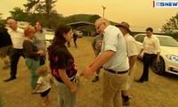 Thủ tướng Úc Scott Morrison bị một phụ nữ từ chối bắt tay khi ông đến thăm thị trấn Cobargoảnh chụp từ clip