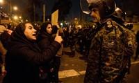 Một phụ nữ Iran có mặt trong cuộc biểu tình trước ĐH Amirkabir ở Tehran hôm 12/1 bày tỏ thái độ giận dữ với cảnh sát ảnh: CNN