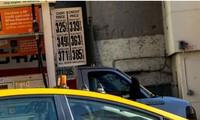 Một tài xế taxi đeo găng tay cao su vào đổ xăng trong khi giá xăng đã giảm do Covid-19 tại New York, Mỹ, ngày 14/3. Ảnh: Getty