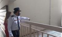 Bảo vệ chỉ hiện trường nơi ông Tín rơi xuống tử vong. Ảnh: CH