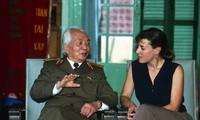 Nhà báo Catherine Karnow trong lần gặp Tướng Giáp hơn hai chục năm trước. Về sau giữa họ hình thành một tình bạn ấm áp. Ảnh tư liệu