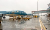 """Máy bay """"đắp chiếu"""" nhiều tháng tại sân bay Tân Sơn Nhất và Nội Bài do dịch COVID-19, và mới chỉ bay nội địa trở lại gần đây."""