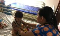 Trẻ uống nhầm axit trong chai nước ngọt đang được chăm sóc tại bệnh viện