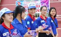 Sinh viên tình nguyện tiếp sức mùa thi tại trường ĐH Nguyễn Tất Thành. Ảnh: PV