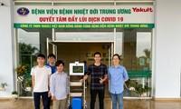 Nhóm tác giả và robot BeetleBot-H triển khai tại Bệnh viện Bệnh Nhiệt đới Trung ương Hà Nội