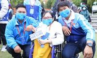Cô giáo xương thủy tinh Nguyễn Ngọc Tâm (ở giữa) ẢNH: Đức Văn