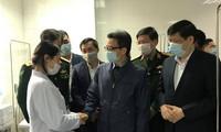 Phó Thủ tướng Vũ Đức Đam thăm người tình nguyện tiêm vắc-xin ngừa COVID-19 Ảnh: Thái Hà