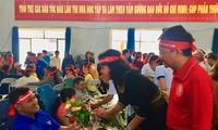 Phó Chủ tịch UBND tỉnh H'Yim Kdok cùng nhà báo Vũ Tiến Phó tổng biên tập báo Tiền Phong thăm hỏi, tặng hoa người hiến máu