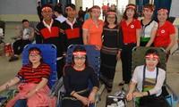 Nhóm tình nguyện viên đồng bào các dân tộc đến từ xã Hòa Thắng