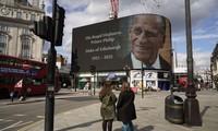 Thông cáo về sự ra đi của Hoàng tế Philip tại giao lộ Piccadilly ở thủ đô London. Ảnh: AFP.