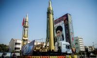 Tên lửa Iran phô trương sức mạnh trước chân dung Đại Giáo chủ tối cao
