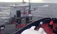 Quang cảnh tàu hải quân Nga và Ukraine chạm trán nhau trên biển.