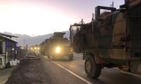 Hàng đoàn xe quân sự Thổ Nhĩ Kỳ nối đuôi nhau với chung điểm đến là nước láng giềng Syria còn nhiều bất ổn