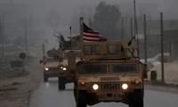 Xe quân sự Mỹ di chuyển tại Manbij, phía bắc Syria. Mỹ cam kết rút quân, thế nhưng không phải rút lập tức toàn bộ như nhận định ban đầu
