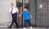đối tượng Lê Trung Dũng đang bị cảnh sát áp tải (Ảnh: The Scottish Sun)