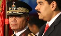 Bộ trưởng Quốc phòng Venezuela Vadimir Padrino (trái) và Tổng thống Nicolas Maduro (Ảnh: AFP)