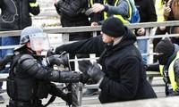 """Cựu vô địch boxing Pháp Christophe Dettinger (phải) bất ngờ """"nổi tiếng"""" bởi khoảnh khắc """"ra đòn"""" với cảnh sát trong cuộc biểu tình """"Áo vàng"""""""