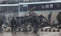 Lực lượng an ninh Ấn Độ tiên hành điều tra tại hiện trường sau khi xảy ra vụ đánh bom