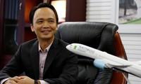 Chủ tịch Hãng hàng không Bamboo Airways Trịnh Văn Quyết bên biểu tượng thương hiệu. Ảnh Reuters