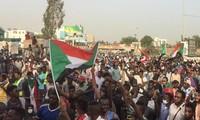 Người biểu tình Sudan trước trụ sở Bộ Quốc phòng tại thủ đô Khartoum