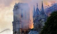 Phần mái của Nhà thờ Đức Bà Paris không còn nguyên vẹn sau vụ cháy