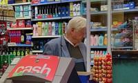 Bố của thủ tướng Anh bị bắt gặp không đeo khẩu trang khi đi mua sắm. Ảnh: Goffphotos.com
