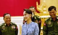 Cố vấn Suu Kyi trong một buổi nói chuyện với lực lượng quân đội. Ảnh: ABC.