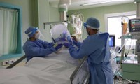 Bác sĩ và y tá chữa trị cho một bệnh nhân trong phòng chăm sóc đặc biệt tại bệnh viện Bolognini, Ý (Ảnh: EPA)