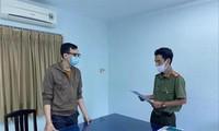 Cảnh sát tống đạt quyết định khởi tố bị can Dương Tấn Hậu. Ảnh: Công an cung cấp