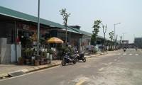 """Nhìn bên ngoài, không ai nghĩ khu phố này là dãy nhà liền kề """"hộ nghèo"""" ở Hương Sơ do chính quyền vận động hỗ trợ xây dựng tặng cho dân. Ảnh: Ngọc Văn"""