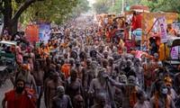 Các tín đồ diễu hành trong Lễ hội Kumbh Mela
