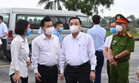 Chủ tịch UBND thành phố Hà Nội Chu Ngọc Anh kiểm tra công tác phòng, chống dịch COVID-19 tại Bệnh viện Bệnh Nhiệt đới cơ sở Kim Chung (Đông Anh, Hà Nội). Ảnh: Như Ý